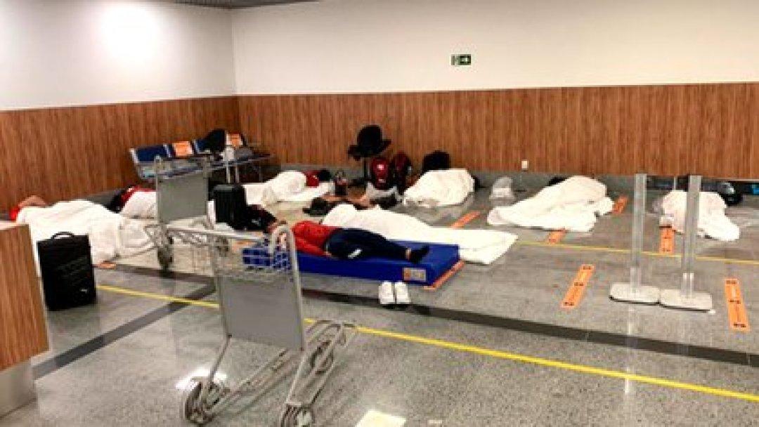 Así durmieron los futbolistas de Independiente varados en el aeropuerto (Foto: @Mati_Martinez)