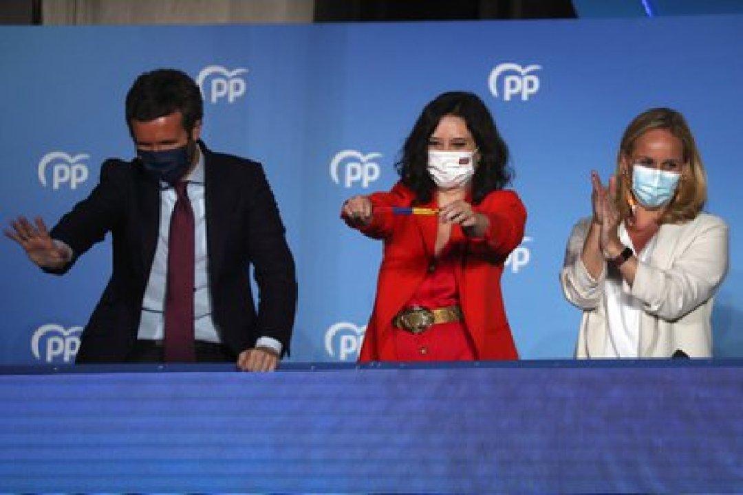 Díaz Ayuso y el líder nacional del PP, Pablo Casado, celebran los resultados de las elecciones regionales en el balcón de la sede del PP (REUTERS/Susana Vera)