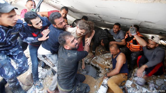 Rescate de una niña debajo de escombros de un edificio bombardeado en la Franja de Gaza. (16.05.2021).