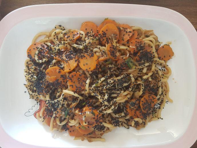 Snelle groentenroerbak met udonnoedels, mirinsaus en sesam