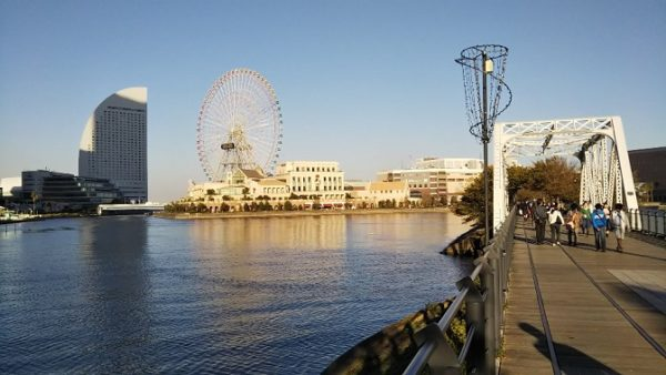 桜木町駅から汽車道にて、コスモクロック21とインターコンチネンタルホテルの景色