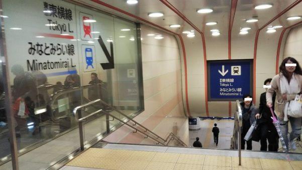横浜駅東横線へ向う階段