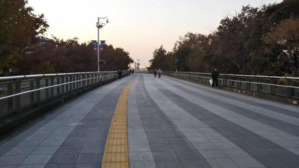 日産スタジアムへ向かう遊歩道