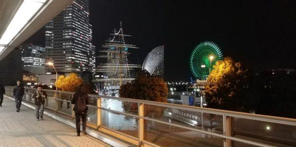 桜木町駅、動く歩道から見える夜景