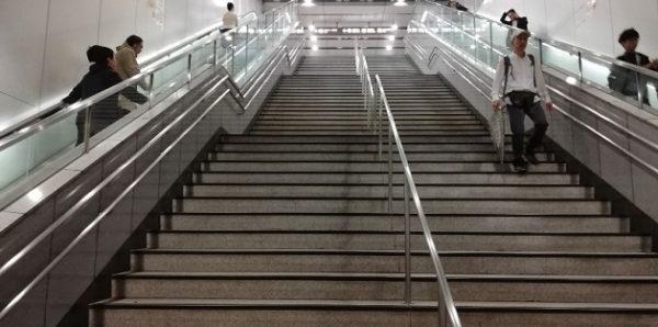 新横浜駅の地下鉄ブルーライン改札前の階段