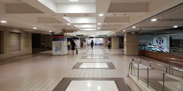 横浜駅東口のバス乗り場、行き先ごとの入り口スペース