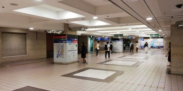 横浜駅の東口、行き先ごとのバス乗り場への入り口スペース
