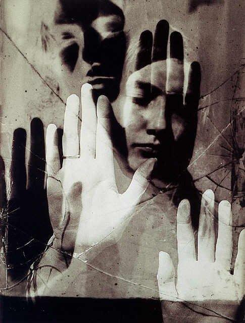 Sur une photographie  de Dora Maar - Man Ray   - 1936  ( RC )