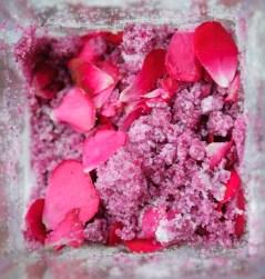 Cukrová tříšt' s růží s rumem