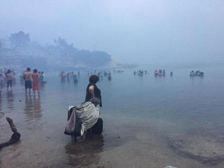Σαν άλλοι πρόσφυγες στην θάλασσα, για να ξεφύγουν από τις φωτιές!