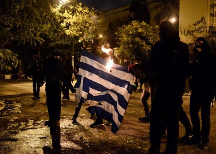 Κουκουλοφόροι έκαψαν τη Σημαία και έσπασαν τα πάντα