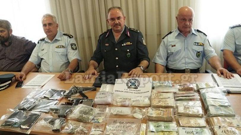 Κινητό που είχε κατασχεθεί σε επιχείρηση ναρκωτικών, άρχισε να χτυπάει στην παρουσίαση της αστυνομίας (vid)