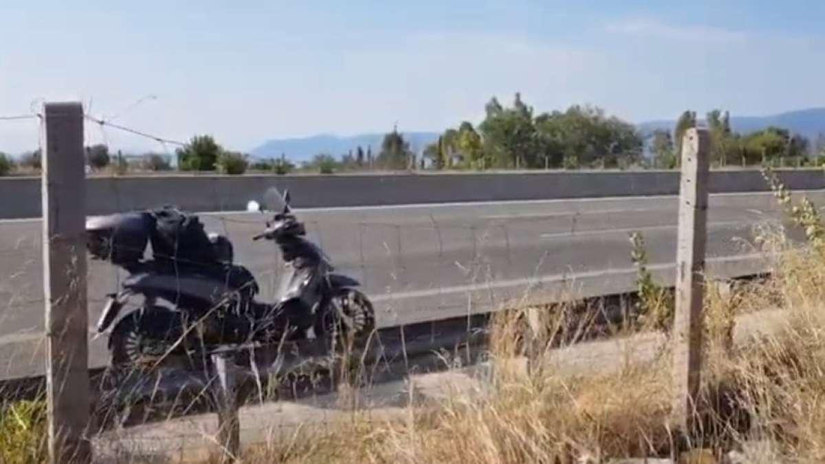 Φωτιά σε μηχανάκι εν κινήσει στην Εθνική Οδό Αθηνών Κορίνθου