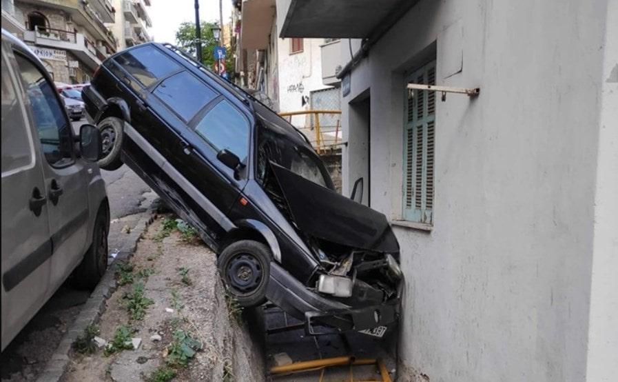 Σοκαριστικό τροχαίο στη Θεσσαλονίκη: Αυτοκίνητο έπεσε σε τοίχο σπιτιού!