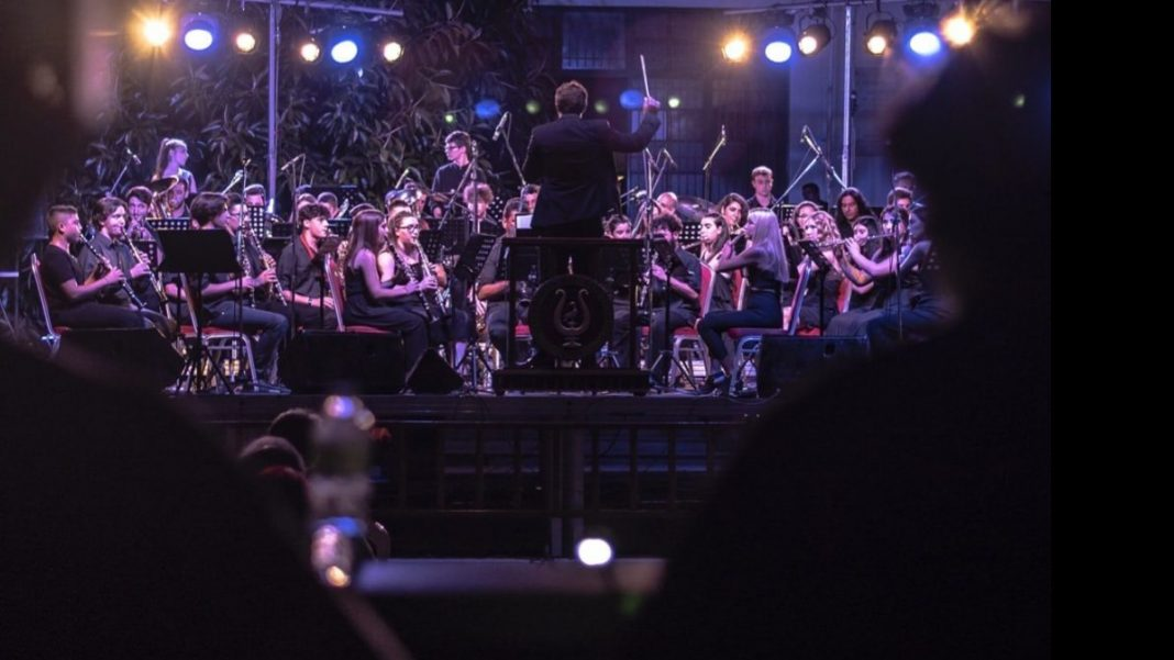 Μοναδική βραδιά για τη Φιλαρμονική Ορχήστρα Λουτρακίου,  εξαιρετικοί οι Χρήστος Θηβαίος και Χρήστος Νινιός!
