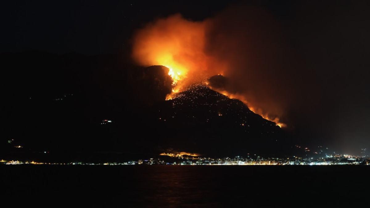 Όλο το βράδυ έκαιγε η φωτιά στα Γερανεια