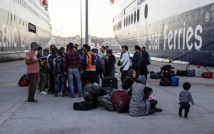 Το γεμίσαμε το μαγαζί! Στον Πειραιά πλοίο με 466 μετανάστες από Λέσβο και Χίο