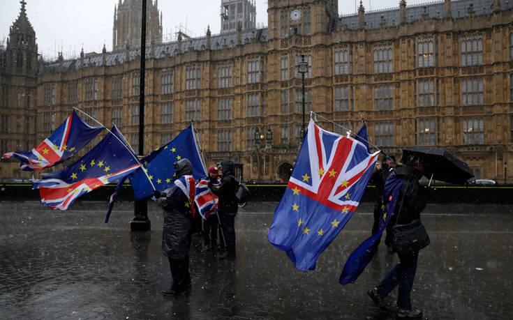 Νέοι κλυδωνισμοί στην πολιτική σκηνή της Βρετανίας για το Brexit