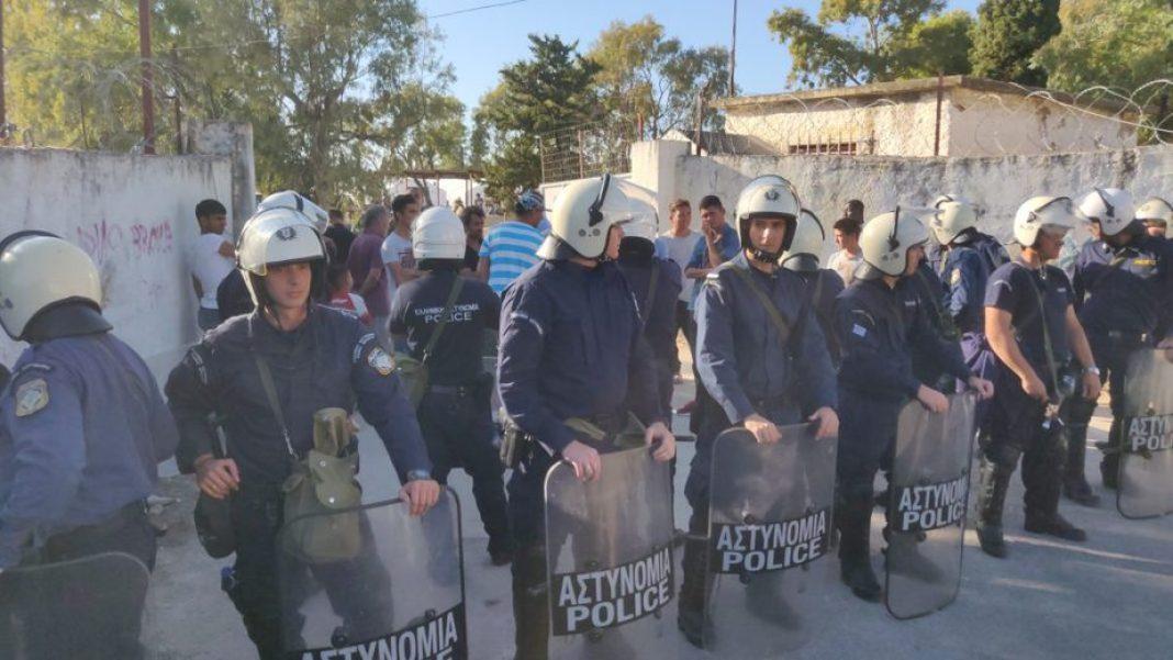 Αντιρατσιστική συγκέντρωση έξω από την ανοιχτή δομή Κορίνθου κατά της επίσκεψης Βελόπουλου