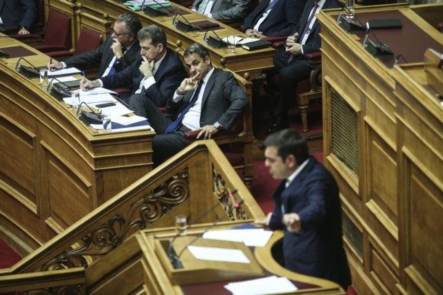 Σκληρή κόντρα Μητσοτάκη – Τσίπρα στην Ολομέλεια της Βουλής