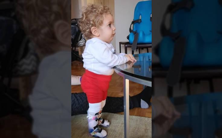 Ο μικρός Παναγιώτης – Ραφαήλ στέκεται στα πόδια του