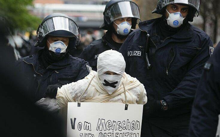 Διαδηλωτές διαμαρτύρονται για την καταπάτηση των συνταγματικών δικαιωμάτων τους εν μέσω της πανδημίας