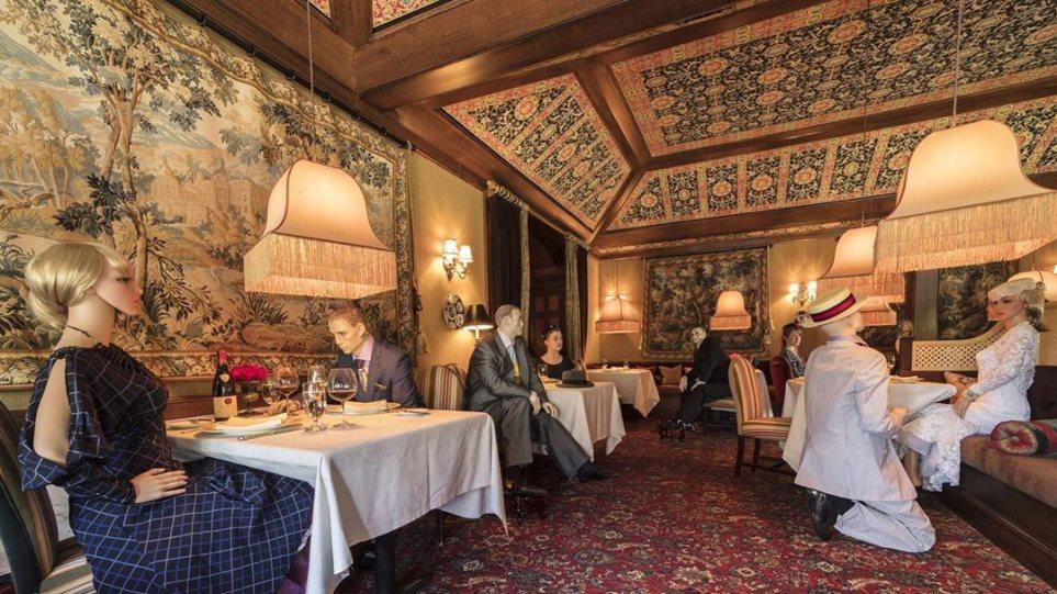 Εστιατόριο στις ΗΠΑ γεμίζει τις κενές θέσεις με… κούκλες
