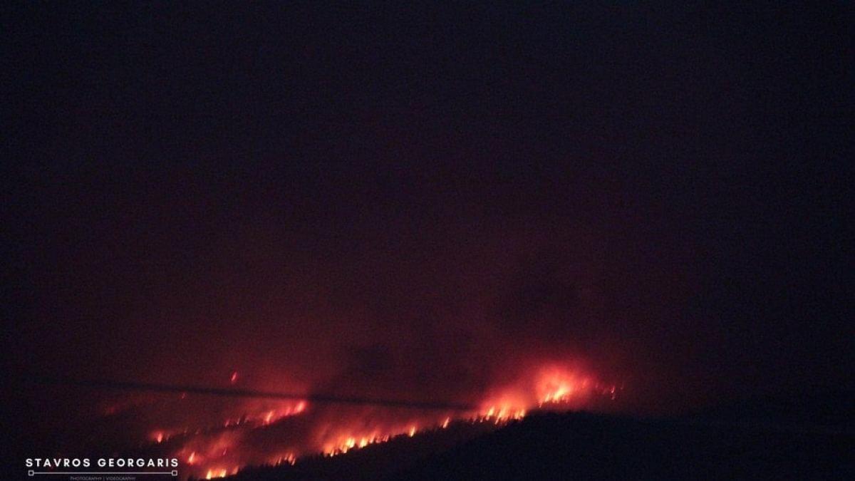 Μαίνεται αυτή τη στιγμή η φωτιά πάνω από το μοναστήρι της Παναγίας της Φανερωμενης στο Χιλιομόδι.