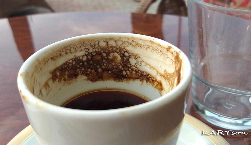Ω, Ύψιστε! Να γινόταν, τόσο δα απ' ό,τι καταλαβαίνουμε απ' αυτόν τον καφέ, να καταλαβαίναμε και από Δημοκρατία…