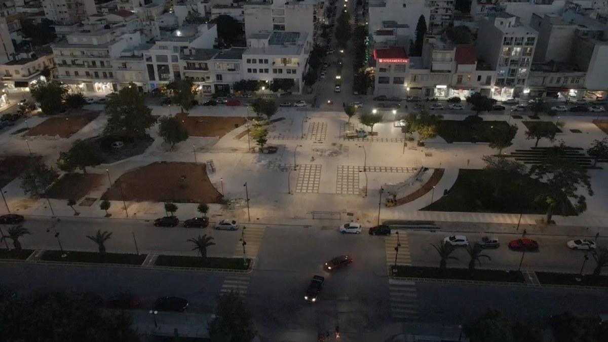 Άναψαν τα φώτα της πλατείας Παναγή Τσαλδάρη στην Κορινθο