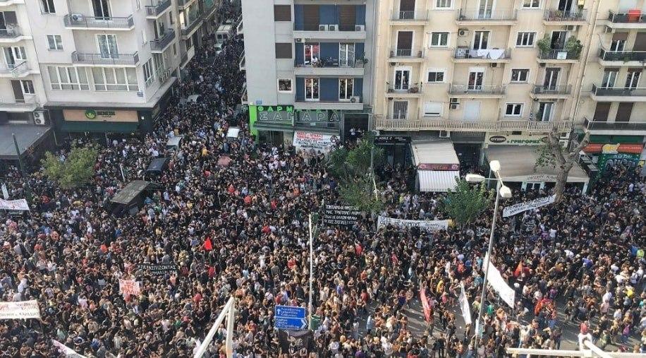 Δίκη Χρυσής Αυγής: Συγκινητικές στιγμές έξω από το Εφετείο – Σε χειροκροτήματα ξέσπασαν οι διαδηλωτές