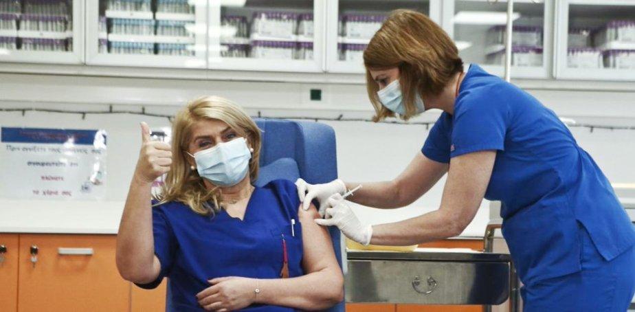 Όχι, η πρώτη νοσηλεύτρια που εμβολιάστηκε ΔΕΝ φορούσε την «Εβραϊκή παλάμη Χάμσα»