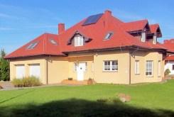 widok od frontu na luksusową willę na sprzedaż pod Wrocławiem