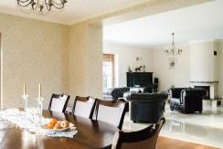 zdjęcie przedstawia salon z gustownym kominkiem w willi do sprzedaży we Wrocławiu