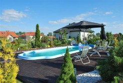 zdjęcie przedstawia basen przy willi pod Wrocławiem na sprzedaż