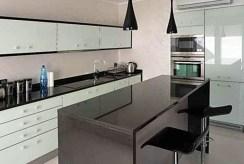 zdjęcie przedstawia luksusowo urządzoną kuchnię w apartamencie w Szczecinie na wynajem