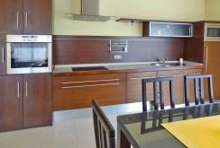 zdjęcie przedstawia urządzoną kuchnię w apartamencie do sprzedaży w Ustroniu