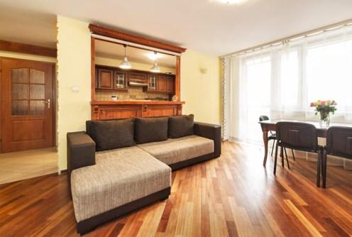 na zdjęciu salon w apartamencie na sprzedaż w Warszawie