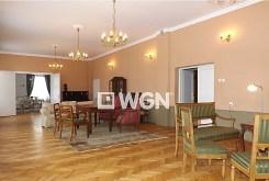 na zdjęciu salon w pałacu w województwie kujawsko-pomorskim na sprzedaż