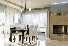 zdjęcie przedstawia salon z kominkiem w luksusowej willi na sprzedaż nad morzem