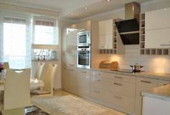 na zdjęciu urządzona nowocześnie kuchnia w apartamencie w Gorzowie Wielkopolskim na sprzedaż