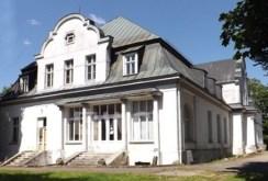 widok z boku na pałac do sprzedaży w województwie zachodniopomorskim