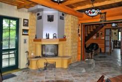 zdjęcie przedstawia salon z kominkiem w posiadłości do sprzedaży w okolicach Warszawy