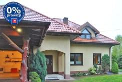 zdjęcie przedstawia widok z bliska na główne wejście do willi w Grodzisku Mazowieckim na sprzedaż