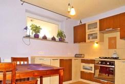 zdjęcie pokazuje komfortowo urządzoną i umeblowaną kuchnię w apartamencie do sprzedaży w Lublinie