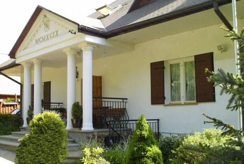 na zdjęciu reprezentacyjne wejście do dworu na sprzedaż na Mazurach
