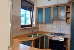 na zdjęciu widok na w pełni umeblowaną kuchnię w apartamencie do sprzedaży w Ostrowie Wielkopolskim