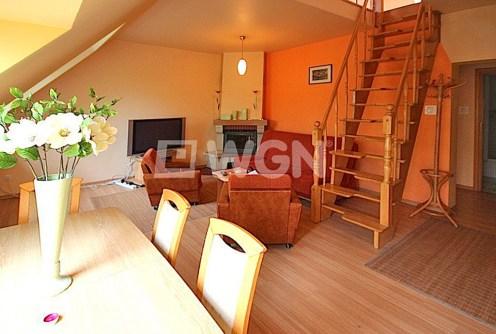 zdjęcie prezentuje salon z kominkiem w apartamencie do sprzedaży w Szczecinie