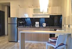widok z salonu na aneks kuchenny w apartamencie w Szczecinie na wynajem