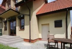zdjęcie prezentuje front willi do sprzedaży w Szczecinie
